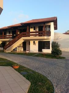 Casa em condomínio fechado,beira do mar,piscina,quadra tenis e estacionamento