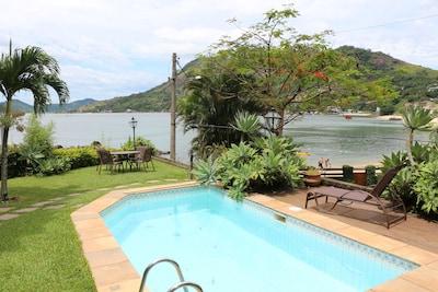 Casa na beira da praia, com ar condicionado, piscina, churrasqueira, garagem