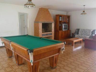 Sitio com piscina grande, churrasqueiras, sala de jogos e gramado bem verdinho