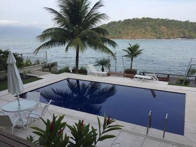 Luxuosa casa com 6 suítes, praia, piscina natural, lancha na porta...