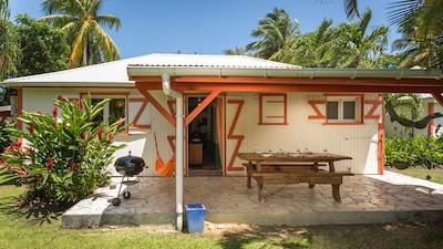 La terrasse à l'arrière de la villa Hibiscus, avec barbecue et hamac