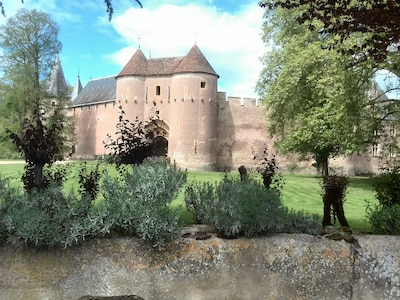 Within one hour: several castles. This is the nearest one in Anay le Vieil