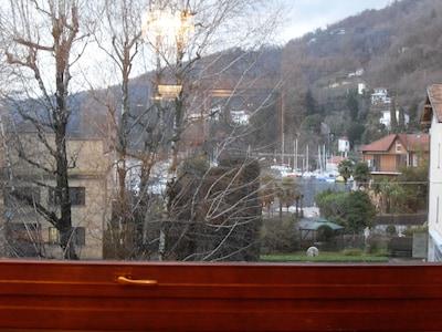 Vista desde la ventana de la sala de estar en el puerto deportivo
