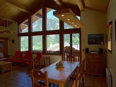 Grand séjour avec salon et table extensible à 12 personnes