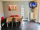 offener Wohnbereich mit Essplatz und Fernseher, Zugang zur Süd-Terrasse