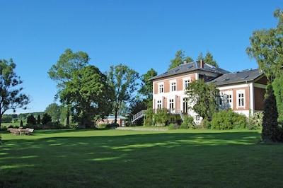 Rückseite des Gutshauses mit Park