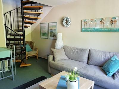 Wohnraum mit Treppe zum Schlafbereich