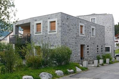 Haus/Eingang mit Garten u gedecktem Balkon
