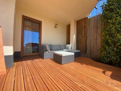 Sehr geräumige Holzterrasse mit großem Garten