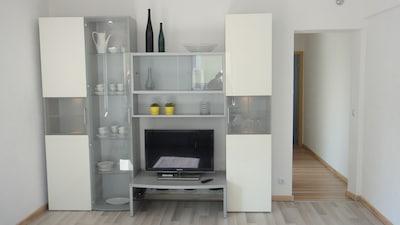 Schrankwand Wohnzimmer von Domani mit Flatscreen SAT-TV
