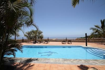 Der grosszügige Pool mit einem fantastischen Blick auf den Atlanik