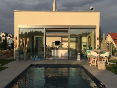 Poolterasse mit Blick auf Poolhaus