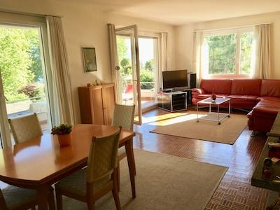 Sonne und Gemütlichkeit im Wohnzimmer