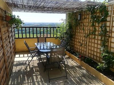 Terrasse avec vue sur les vallons gersois