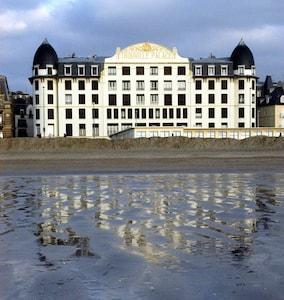 Le Trouville Palace sur la plage, 1°étage, 2 fenêtres fronton face mer