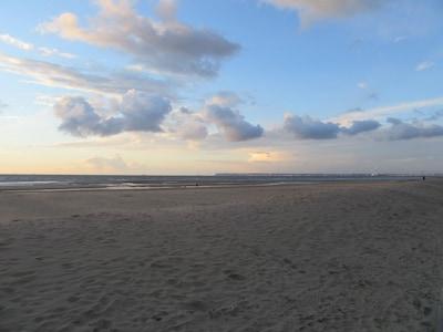 La plage de Trouville au pied de l'immeuble