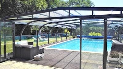 Une grande piscine couverte avec des espaces détente.