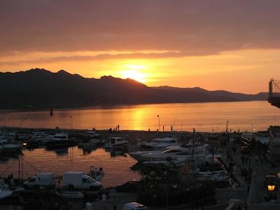 Couché de soleil sur le port de plaisance et la baie (depuis le séjour)