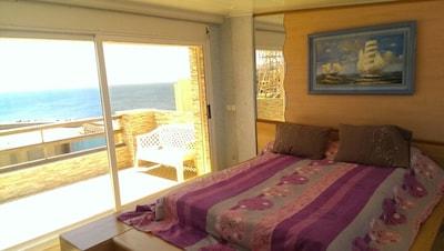 chambre parentale avec TV, clim, terrasse, vu sur mer des deux coté