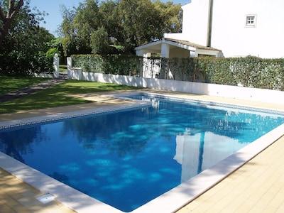 Villa en Olhos de Agua, Albufeira, Portugal Con Sal compartida agua de la piscina y jardín privado