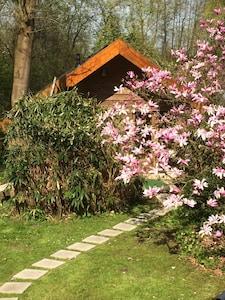 Het Tuinhuis in de lente met bloeiende magnolia