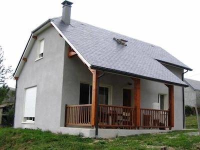 Maison neuve  tout confort dans village calme avec vue sur montagne proche.