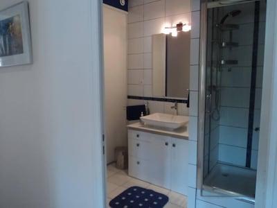 salle d'eau très agréable avec armoire