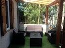 terrasse avec salon de jardin abrité