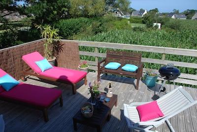 Terrasse privative du gîte avec vue sur la campagne et toute petite vue mer