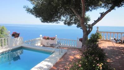 Hermosa, amplia villa con piscina, impresionantes vistas de la bahía.