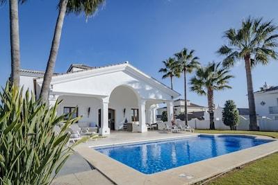 Villa de lujo con impresionantes vistas de la montaña y el océano hacia el suroeste con piscina climatizada