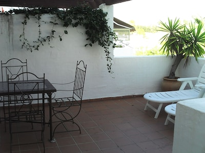 Apartamento en complejo seguro con jardines y piscina compartidos