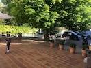 La terrasse et le parking à voitures