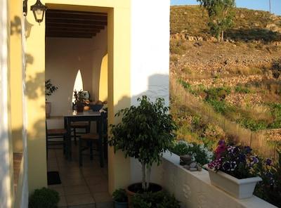 La terrasse avant d'entrer dans la maison