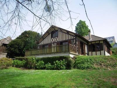 Belle maison normande avec grand jardin.