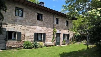 acojedora casa de 3 estrellas verdes, calefaccion , jardin propio, chimenea