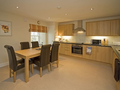 Spacious, well-equipped kitchen/dining room