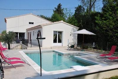 la cascadelle avec sa piscine et sa grande terrasse ensoleillées