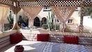 Terrasse n°1 aménagée avec table/coussins/ transats