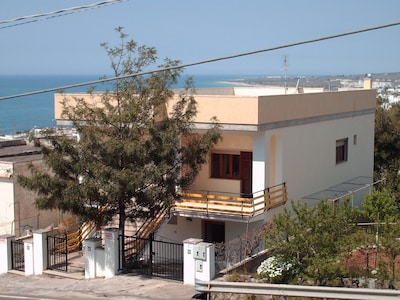 Casa in villa indipendente  con vista mare, giardino e posto auto interno
