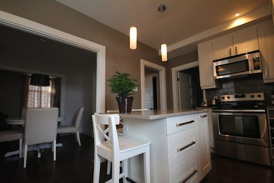 Quiet apartment in Pointe-Claire Village near water