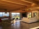Salon et cuisine dans une grande pièce à vivre de 75 m2.