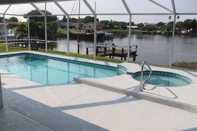 Poolbereich mit Spa - beheizbar für kühlere Tage