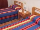 Chambre à coucher avec deux lits, le soir