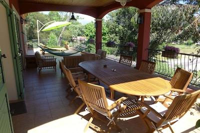 Un coin repas et un coin salon  'tout teck' à l'abri du soleil estival...