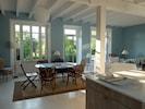 A côté de la cuisine, le coin salle à manger, vue sur le jardin