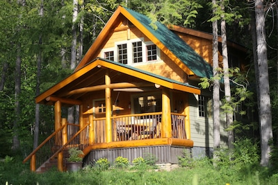 Kootenay Lake Timber Frame Cabin ( Crawford Bay) Close to public sandy beach.