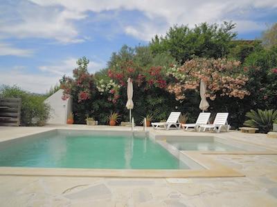 Zwembad met buitendouche
