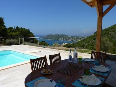 Déjeuner en terrasse, à l'ombre des auvents de la villa