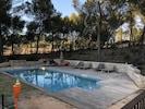 Espace piscine (en hiver) clôturé avec portail d'accès métallique